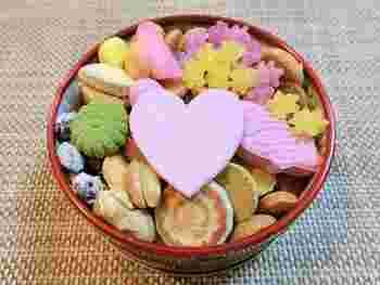 そして、缶のフタを開けると・・パッと、大きなハートの形が目に入ります。バレンタインらしさを感じさせますね*  ちなみに、「冨貴寄」という意味には、「風が吹き寄せ、木の実や葉っぱ」という意味があるそう。風が運ぶ愛らしいものが幸せを運んでくれますようにという、贈った相手へあたたかな想いも届けられます。