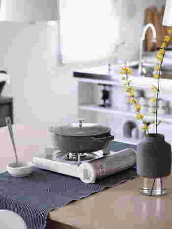シンプルな「カセットこんろ」があれば、お鍋の食卓もこんなにスタイリッシュな雰囲気に。