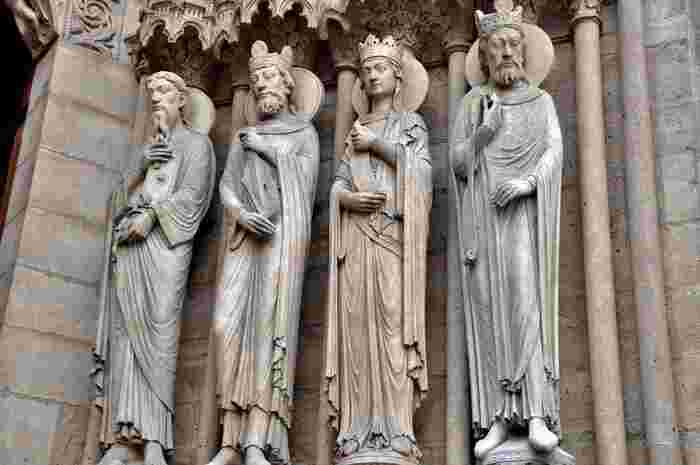 聖人の彫刻は、1つ1つ個性が異なります。よく見ると、自分の頭を持っている像や竜を踏みつけている像も。それぞれストーリーがあり、由来や意味を紐解いていくとさらに奥深く感じられます。