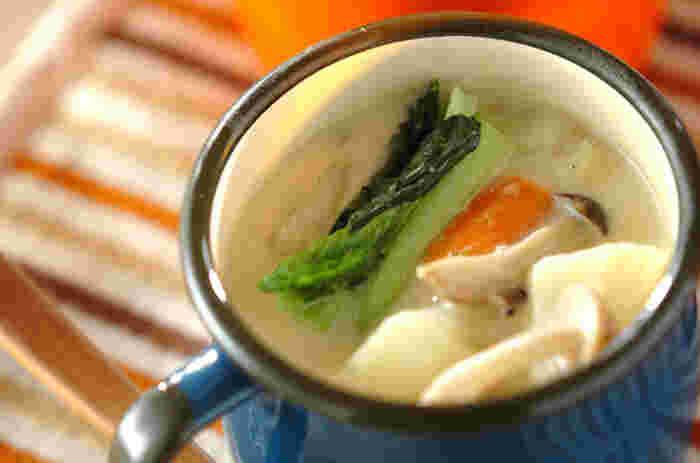 豆乳や味噌で和風に仕立てたシチューは、まろやかなコクがあり、ごはんにもよく合うおいしさ。小松菜やブロッコリーなど緑の彩りを加えるときは、最後の仕上げの段階で入れます。