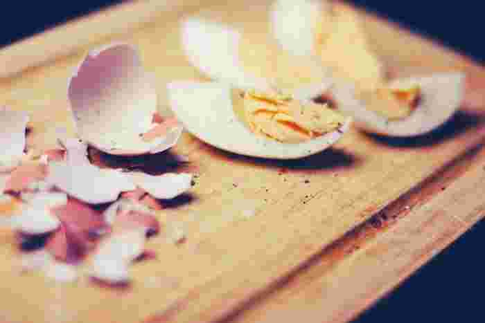 茹で上がった卵は、まず冷水か氷水に浸してしっかり冷やしましょう。こうすることで中の卵が少し収縮し、殻から剥がれやすくなると言われています。ほんの少しの手間で、仕上がりが大きく変わるんですね!
