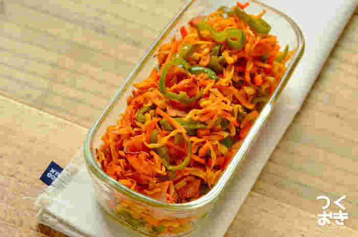 〈冷蔵保存:5日〉 こちらは切り干し大根を炒めて、ナポリタン風に味付けしたユニークなアイディア料理。赤とグリーンの彩がとても鮮やかで、見ているだけで食欲をそそられる一品です。ケチャップ&中濃ソースで味付けしたおしゃれな常備菜は、小さいお子さんのお弁当にもぜひおすすめです。