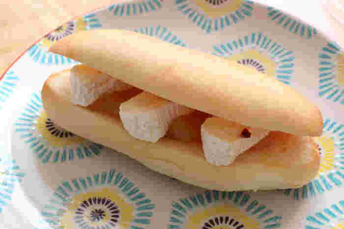 こちらはおしゃれに仕上げたコッペパンサンドのレシピ。リンゴジャムとカマンベールチーズを合わせています。ピンクペッパーが味わいのアクセントに♪素材を挟むだけで簡単にできますよ。