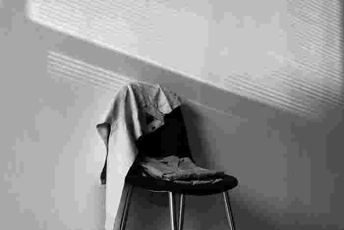 床に物を置いたり、収納以外の場所に物を出したりしない。床置きすると、そこにホコリがたまり掃除も行き届きにくくなります。そうなると、お部屋の運気もダウンしてしまいますよね
