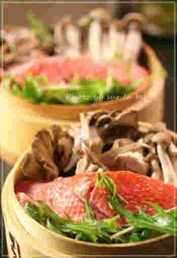 きのこをたっぷり入れた、金目鯛のせいろ蒸し。手が込んでいるように見えて簡単にできるのも蒸し料理の魅力です。