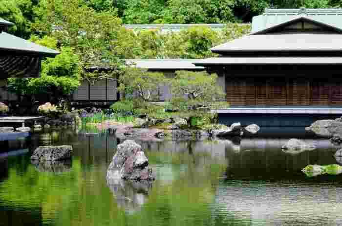 【平安建都1200年を記念し、2005年に造園された「京都迎賓館庭園」。桂離宮と修学院離宮の整備を担う佐野藤右衛門の作庭。】