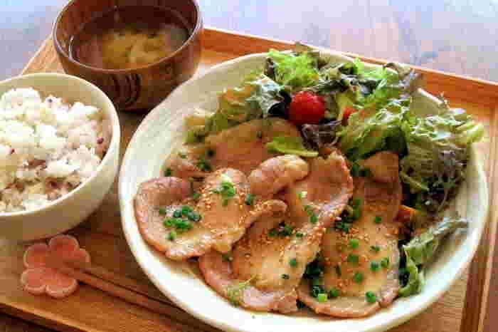 一番人気はごま味噌ポークジンジャーで、雑穀ご飯との相性もバツグン。バランスの良い定食ごはんが食べたいときにおすすめのお店です。ほかに、から揚げや豆腐と野菜のサラダプレート、ハワイアンポキ丼などヘルシーメニューがラインナップされています。平日のランチタイムは17時までと長めなので、ランチの出足が遅れてしまったときなどにも使えるお店です。