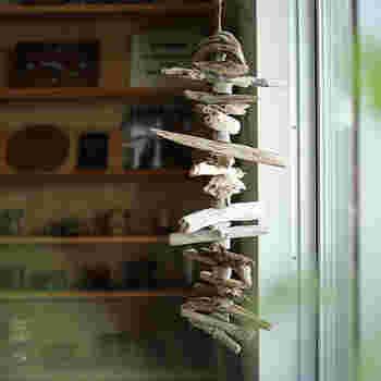 長さの違う流木を組み合わせて作る流木のガーランド。 どの木を使おうか選ぶ工程も楽しみな時間になりそう…。 途中にポイントとして小さい木を挟んであげると、仕上がりにリズムが生まれます♪