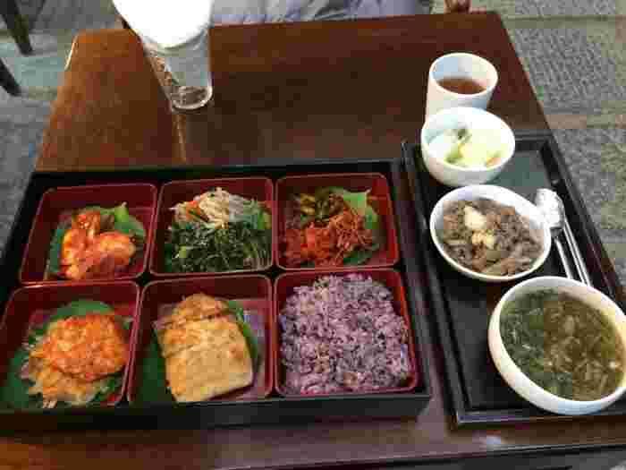魅力は、店内の雰囲気だけではありません。ヌリでは韓国の伝統的な食事である「韓定食(ハンジョンシッ)」を提供しており、中でもさまざまなおかずを少しずつ味わえる「宮廷御膳(クンジュントシラッ)」が人気です。野菜、肉、魚、米などがバランスよく盛り付けられていて、体にもやさしいのが嬉しいですね。