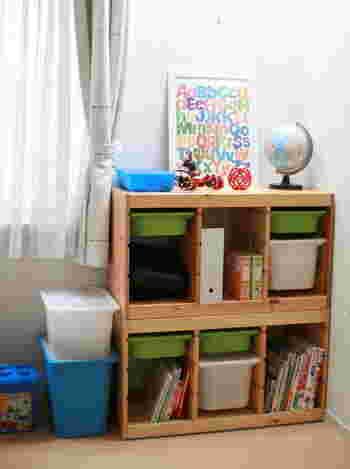 IKEAの「TROFAST(トロファスト)」シリーズは、子供部屋の収納にピッタリの人気商品です。絵本は立てて収納できますし、細々としたものはバスケットに入れられるので、見た目もすっきりします。