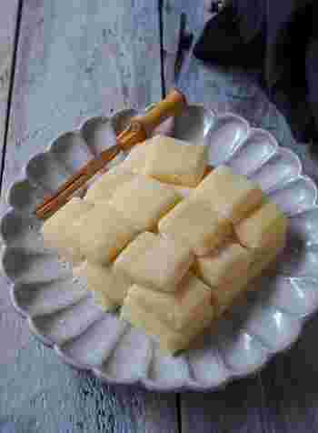 バター餅は固くなっていないお餅でも作れますが、しっかり乾燥してしまったお餅でもお湯につけたり弱火でやさしく煮て戻してからリメイクすると、バターの油分と砂糖の保水力でなめらかな食感が戻ります。