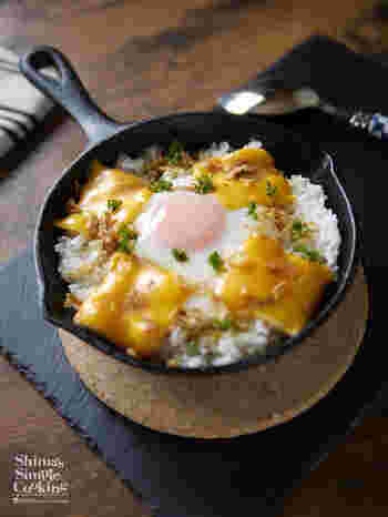 卵かけご飯(TKG)も、スキレットでアツアツに♪  こちらは、卵だけでなく、スライスチーズも加えている、洋風な焼き卵かけご飯(焼きTKG)レシピです。  味わいのアクセントに、ガラムマサラ、フライドオニオンを添えていて、食欲が刺激されますよ*