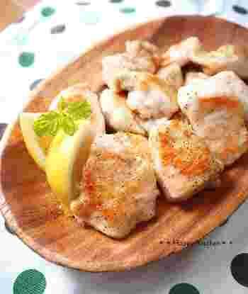 鶏むね肉をモチモチの食感に仕上げた、レモン風味のさっぱりとした鶏肉レシピです。おつまみにもおすすめですよ。