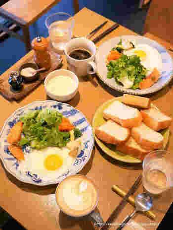 姉妹店「365日」で人気だった朝食メニューは、現在こちらのお店で食べられます。原料の小麦の違いが味わえると評判の3種トーストや季節のスープなど、こだわりの日替わり朝食をいただいて元気をチャージ!