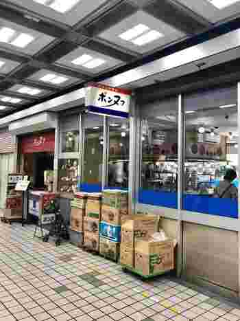 新橋駅から徒歩約1分の「カフェテラス ポンヌフ 」。新橋駅前ビル1Fにある、ナポリタン・ハンバーグ・プリンが人気のお店です。