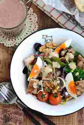 サラダを食べるときも、卵やグリルチキン、ツナ缶などたんぱく質をプラスするのを忘れずに!バランスのいい食事をとってこそ、それぞれの栄養が活かされますよ♪