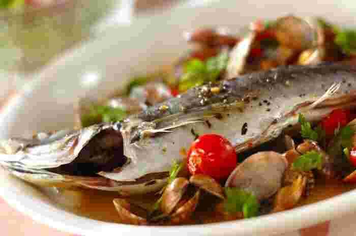 魚介類を白ワインで酒蒸しにした、イタリア料理アクアパッツァ。シンプルな味付けてアジとあさりの旨みを引き立てています。素材の味を生かした料理は新鮮な魚介類が手に入った時に作りたいですね。