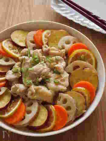 鶏肉とカットした根菜を耐熱皿に並べて、オリーブオイルをからめてレンジでチンするだけ。並べる際に一手間かけるだけで、パーティーにも使えそうな見た目も華やかな、ごちそうレシピが簡単に作れます♪