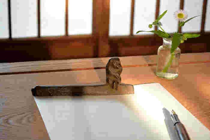 動き出しそうな猿が腰掛けた文鎮。自然から切り出したような細長い形、ざらりとした表面の仕上げが絶妙なアナログ感を引き立てています。