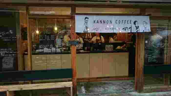 長谷寺から一番近いコーヒーショップが「KANNON COFFEE」です。店内のカウンターや軒先きにベンチがあるのでくつろぎながらコーヒーをいただくことができます。