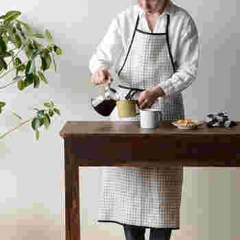 fog linen work(フォグリネンワーク)のパイピングエプロンもかわいいですよ!名前の通りパイピング部分が印象的なエプロンです。細めのリボンと丸みのある裾が魅力的♪リネン100%なので洗いやすく乾きやすい◎普段使いにぴったりなんです。