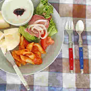 こちらは、ジャン・デュボ・ライヨールのプティセット。バターナイフ・フォーク・ティースプーンの3点の組み合わせです。カラーも明るくて、朝食が楽しくなりそうですね。