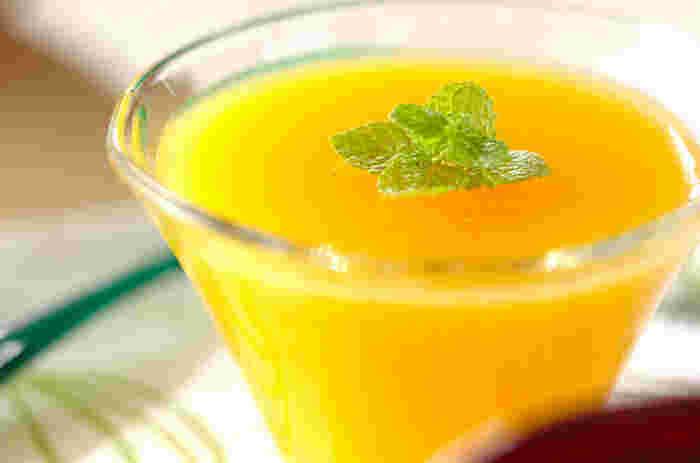 オレンジジュース、砂糖、粉ゼラチン、水。材料はたったコレだけ。 粉ゼラチン。口当たりさっぱりでおなかにも優しいデザートです。見た目も涼しげでさっぱりいただけますね!