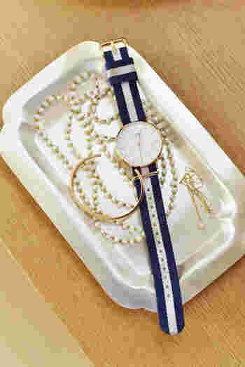 トレイを使って腕時計やアクセサリーの置き場を用意しておくと便利です。帰宅後に時間がない時は、とりあえず置いておくという人も多いはず。トレイがあれば一時置きでも雑然としません。