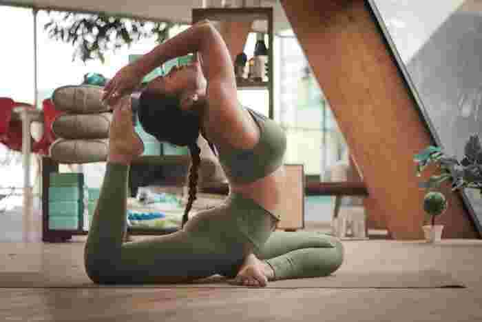 空いた時間は、体を動かして運動不足を解消するのにもってこいの時間。呼吸を整えながら、無理のない範囲で体を伸ばせるヨガがおすすめです。ヨガはたくさんのポーズがあるから、おうちで取り組む間にどんどん本格的に。リラックス状態を作り、心身を整えるのにも効果的です。