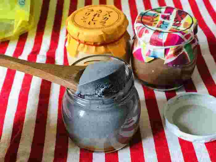 季節ごとに『チーズ&紅芋』『桜抹茶』『ほうじ茶』『完熟アップルマンゴー』など多彩なプリンが登場しています。画像手前左:ごま味。