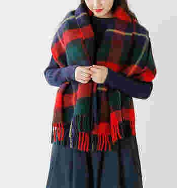 一年以内に刈られた新しい羊毛、ピュアウール100%で作られた柔らかで保温性の高いブランケットです。伝統的なチェック柄が流行に左右されずに使い続けられそう。ニットピンも付いているので、着こなしの幅も広がります。