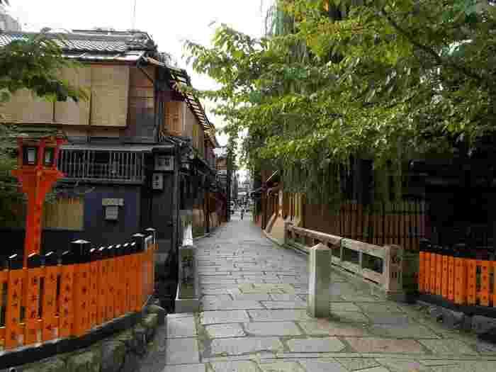祇園には、人気観光スポットであっても、リーズナブルに、京都ならではの味や風情が楽しめる名店、また散策時の休憩にぴったりの軽食が美味しい喫茶店が数々あります。【10月初旬の祇園白川「巽橋」】