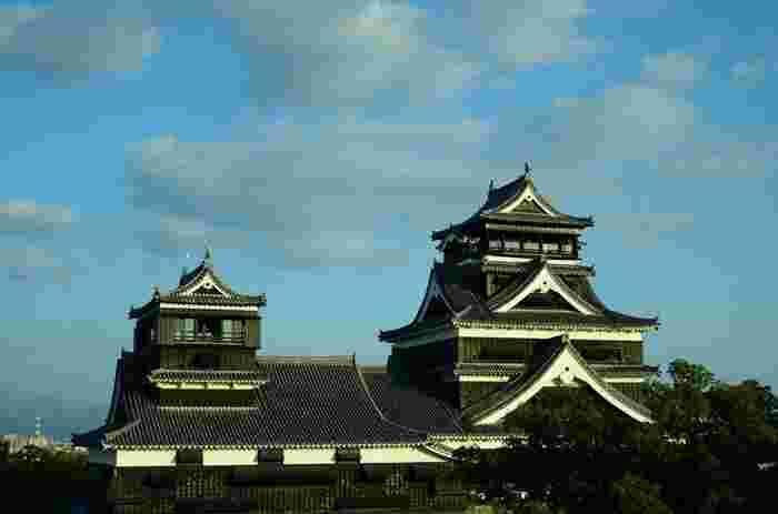 熊本県のシンボル「熊本城」は、熊本城・市役所前電停より歩いて10分の場所にあります。加藤清正が7年の歳月をかけて1607年に築城した、日本三大名城のひとつです。熊本一の観光スポットでしたが、現在は2016年の熊本地震で被害に遭って休園中です。立ち入り規制区域が多く、中に入ることができませんが、二の丸広場や加藤神社から天守閣を眺めることができます。復興に向けて頑張っている熊本城の姿をぜひ見に行ってみてください。