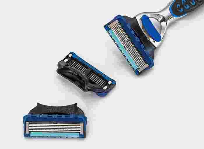 毛玉が出来た素材の上をそっと、T字カミソリで表面を優しくなでていく方法。決して歯を立てたりせず、力を抜いて優しくなでることで、毛玉の丸まった部分だけが刈り取られていきます。 強く押し当てたり、同じ場所を何度もこすったりするのは絶対NG。衣類を傷めてしまう可能性も高いので、最終手段として使うのがよさそうです。