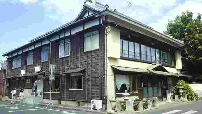 江戸時代末期に創業し、現在は国の登録文化財の指定を受けた昭和4年築の建物で営業を続けている「橋本旅館」。右手が「橋本旅館」の入口、左手が「橋本珈琲」の入口です。