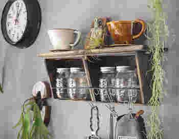 壁を上手く利用したキッチンシェルフは、コンパクトながらも収納力抜群!シェルフの中はもちろん、上にコーヒーツールを置いたり、アイアンバーにキッチンツールを吊るすこともできます。少し手間は掛かりますが、自分で作ったとは思えないクオリティのシェルフが作れますよ!