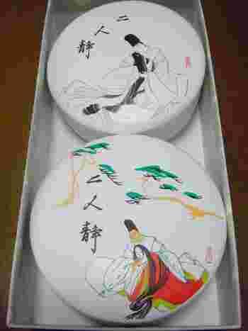 名古屋の老舗和菓子店「両口屋是清」を代表する『二人静』。  源氏物語の能演目『二人静』がパッケージに描かれていますが、考案した11代目は庭に咲いていた草花の「二人静」に感動して作られた干菓子です。