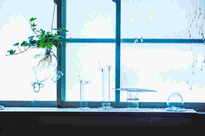 広く解放的な窓際には、美しい光とガラス作品が共存していました