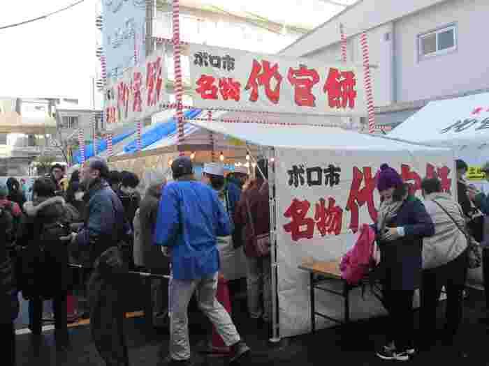 代官餅は、ボロ市中心の天祖神社境内で、ボロ市の開催時のみ販売されるお餅。その場で蒸してモチつきしているので、出来立てが味わえます。