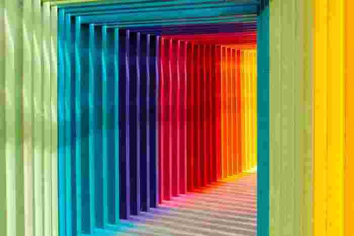 カラーの組み合わせは、同じような色の「同系色」と対照的な色の「反対色」の配色使いがあります。同系色は、青、緑、紫の「寒色系」と赤、黄、オレンジの「暖色系」に分けられており、似たような色を組み合わせる事でコーディネートに統一感が出ます。一方、赤と青のような反対色の組み合わせは、それぞれの色が引き立つ関係となるため、個性的で印象的な色使いになります。