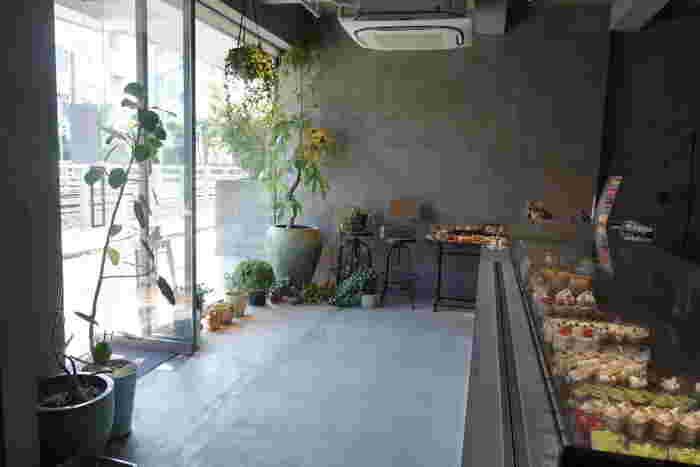 自由が丘エリアのパフェと言えば、2015年にオープンして以来話題の絶えない「PATISSERIE ASAKO IWAYANAGI 」も一度は訪れたいお店です。等々力駅から徒歩3分ほど、コンクリート打ちっ放しのモダンなデザインの外観が目印です。入り口には洋菓子が美しく並べられたショーケースがあり、奥にはカフェも併設されています。