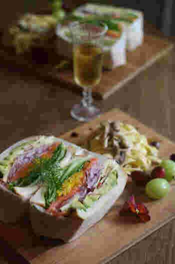 スモークサーモンと野菜のボリュームサンド。パプリカはマリネ液に漬け込んで、パンの上に順番通りに野菜を重ねていくだけ。サラダのような感覚であっさりと食べられます。彩りも美しいですね。