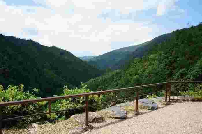 地蔵院の庭からは、連なる山々と高雄の名勝「錦雲渓」のダイナミックな景色を楽しめます。
