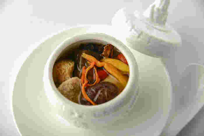 滋味深い味が魅力のオリジナルスープは、数種類のキノコと広東の乾燥野菜で作った、ここでしか味わえない逸品。真っ白な陶器の器が、上質な味を上品に引き立ててくれます。
