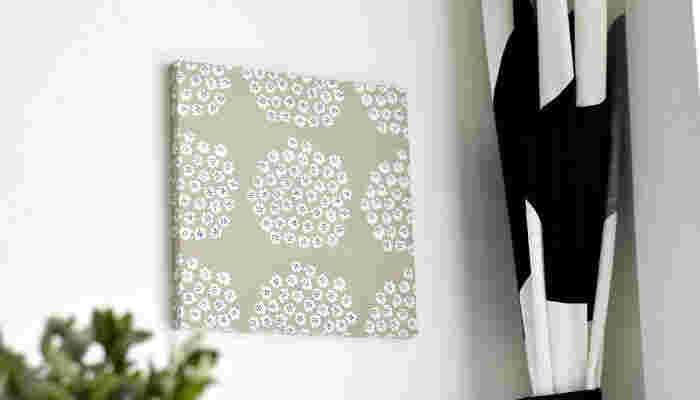 こちらも人気のPUKETTI(プケッティ)。小花柄のさりげなさが可愛らしく、小さめのパネルにしやすいのが特徴。 玄関やトイレなどの少しだけ空いたスペースにも取り入れやすく、おすすめのパターンです。