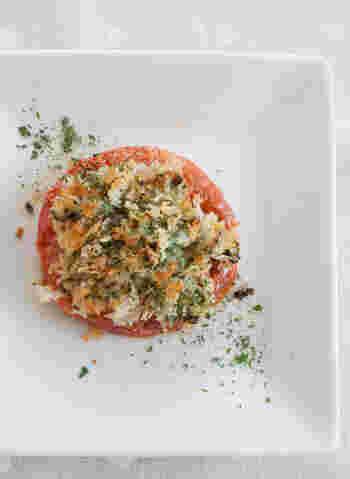 トマトは普通に焼いただけでも、味がギュッと濃縮されて美味しい。だけどこうやって、大葉×にんにく×マヨネーズをパン粉に混ぜてのせて焼いたら、もっと美味しい!見た目もお洒落になりますね。香り高い一品です。