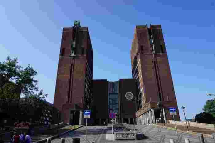 この美しい建築物が市役所なの!?と思わず驚いてしまう「オスロ市庁舎(Oslo Rådhuset)」。ノーベル平和賞授賞式の会場にもなっていることで有名です。
