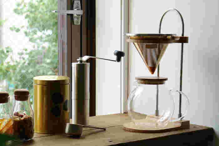 【ドリッパー】【コーンフィルター】【ガラスサーバー】(いずれも、画像右) オブジェのような美しいドリップスタンドは、フィルターの高さを自在に変えることが出来る優れもの。別売りのコーンフィルターは、コーヒーをよりおいしく淹れるための工夫がたくさん。ぜひセットでお使いください。