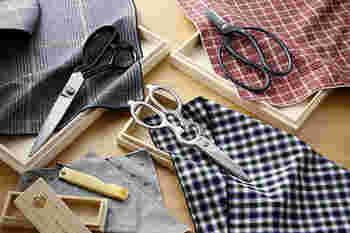 また、包丁の補助ツールとして用意しておくと便利なのが、キッチンばさみ。包丁では切りにくい部位や細かい骨を断つことができます。また魚を切るのは出刃包丁、野菜のカットはキッチンばさみと使い分ければ、清潔で取り回しも楽に♪