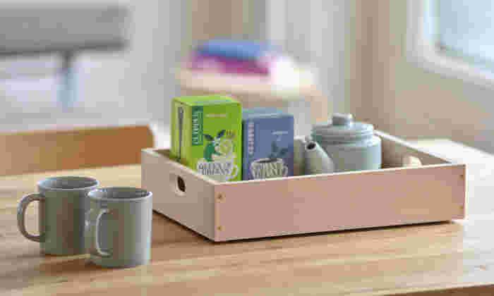 浅型の箱はトレイとしても使えます。ティータイムのアイテムをひとまとめにして置けば、サッと用意できてスマートです。両サイドに付いた取っ手が役に立っています。
